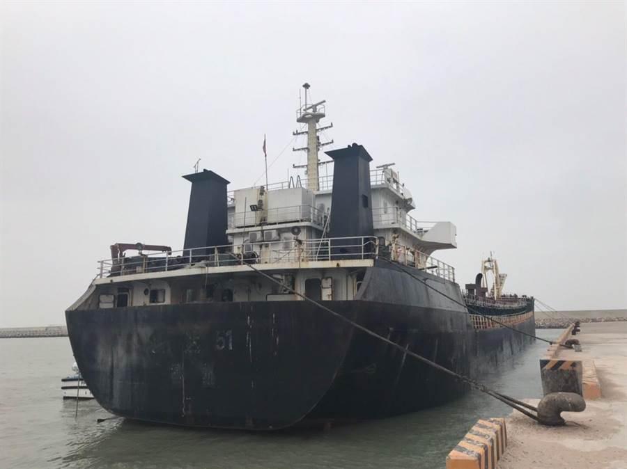 連江地方檢察署今(15日)舉行「鴻達51號抽砂船」拍賣開標及決標作業。(葉書宏翻攝)