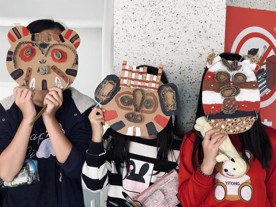 精忠國小小朋友創作各式各樣非洲面具。(廖素慧翻攝)