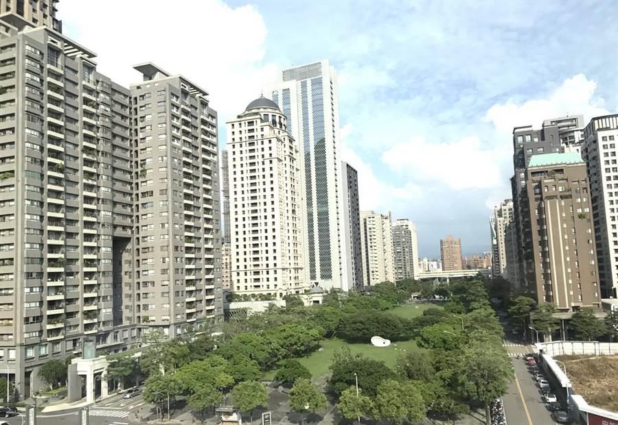 台中市府推動宜居建築設施設置辦法,鼓勵垂直綠化及鄰里空間,打造花園城市。(盧金足攝)