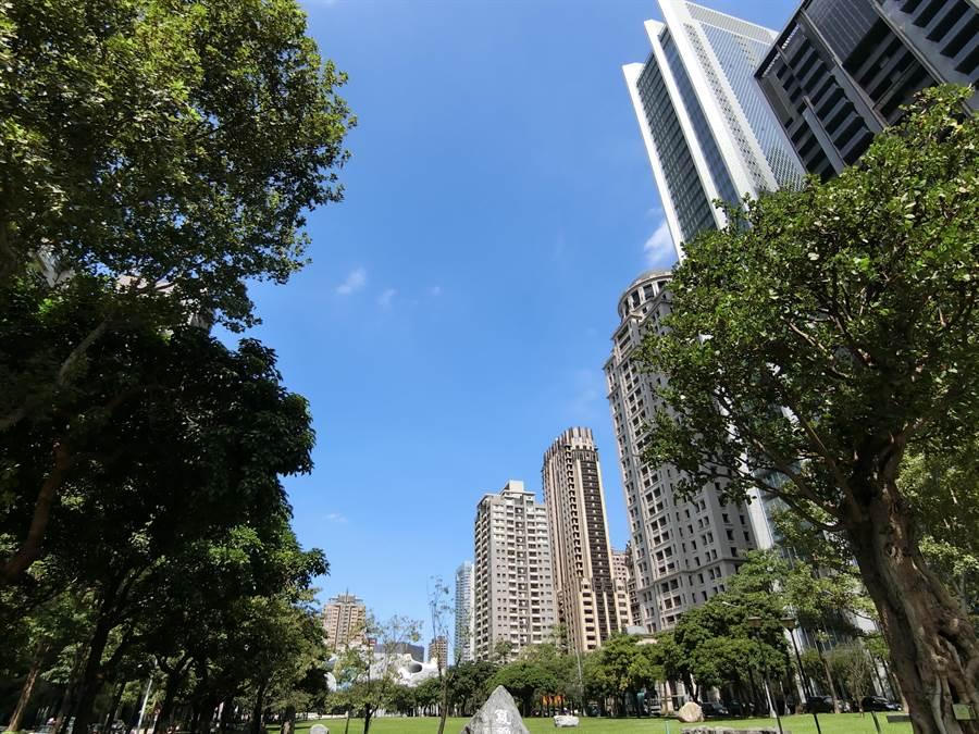 台中市府鼓勵開發商及建築師設計垂直綠化設施、雙層遮陽牆體、植生牆體、複層式露台、鄰里設施等設施。(盧金足攝)