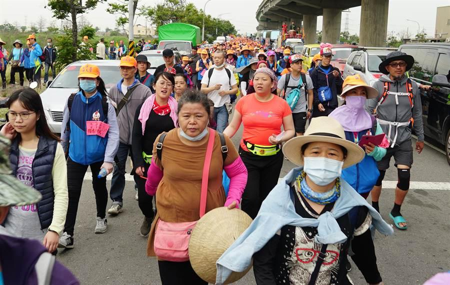 白沙屯媽祖回鑾15日進入台中市龍井區,上千民眾隨行。(黃國峰攝)
