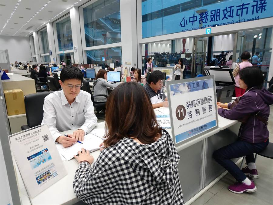 台中市府增設勞資爭議調解櫃台,專業調解人服務。(盧金足翻攝)
