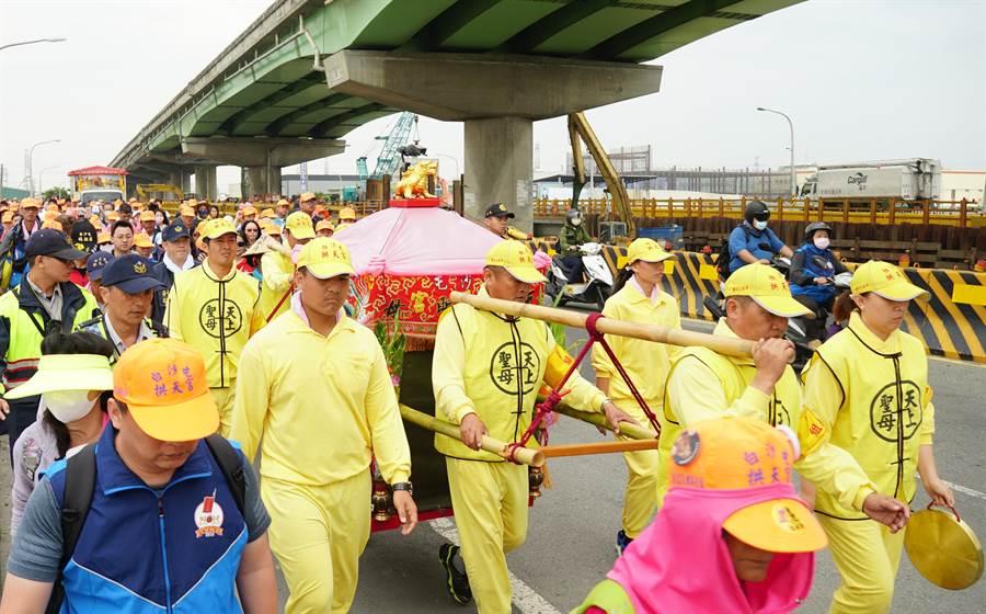 白沙屯媽祖回鑾15日進入台中市龍井區,沿著西濱橋下前進。(黃國峰攝)