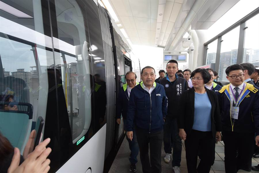 彰化縣政府團隊前往新北市參訪並搭乘體驗新北淡海輕軌。(圖/彰化縣政府提供)