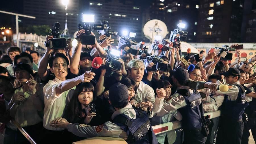 《我們與惡的距離》寫實呈現台灣媒體報導生態,每個畫面細節都不放過。(圖/公視提供)