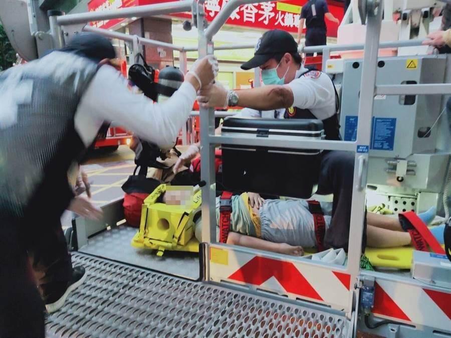 左營一名男童從高樓處墜落,警消到場救護。(林瑞益翻攝)