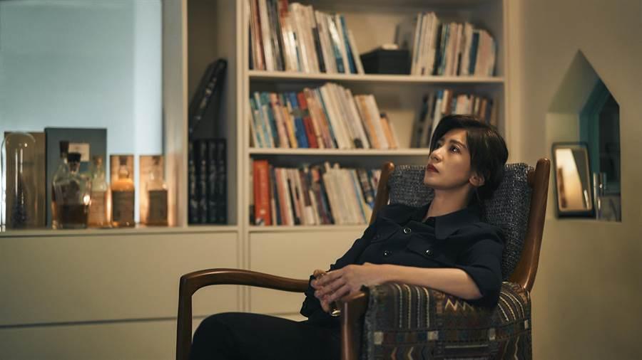 《我們與惡的距離》女主角賈靜雯在劇中走不出喪子悲痛,每天靠酗酒來麻痺自己。(圖/公視提供)(飲酒過量,有害健康)
