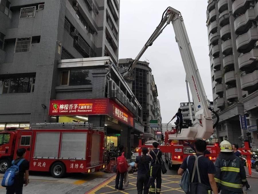 左營一名男童從17樓掉落在2樓頂的雨遮,警消到場救援。(林瑞益翻攝)