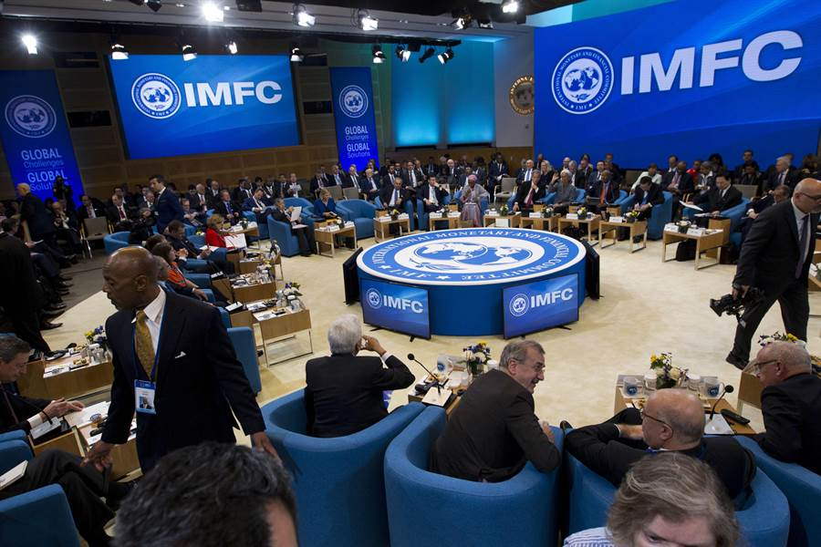 世界銀行與國際貨幣基金組織在華盛頓召開春季年會,再次下調今明兩年的全球經濟成長預估至3.3%。(圖/美聯社)