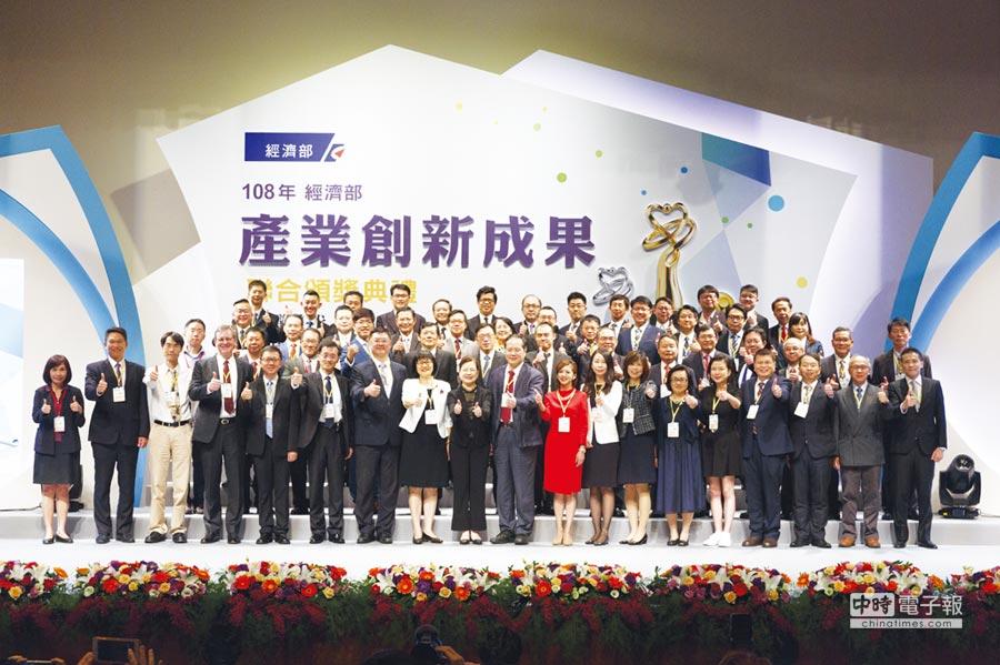 經濟部次長王美花與所有獲獎單位及個人共同合影。圖/產科會提供
