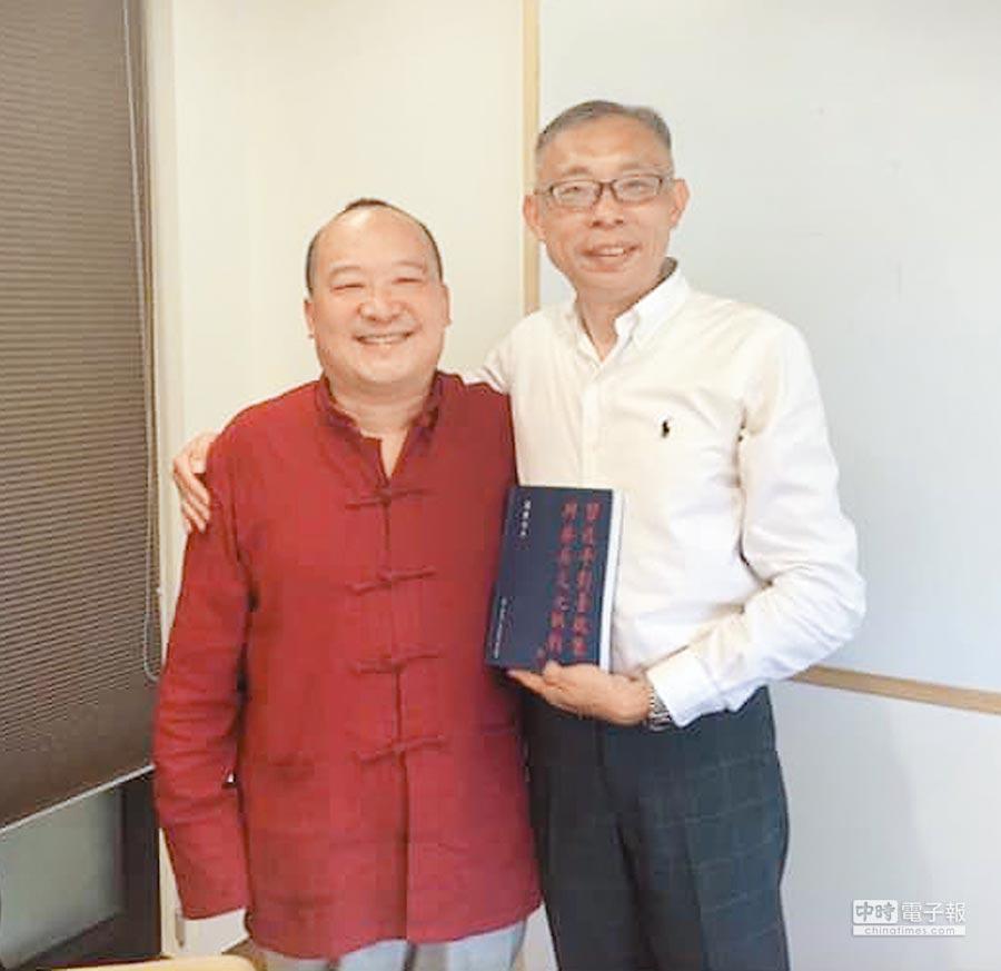 師大教授范世平日前在臉書上貼出與李毅的摟肩合照。(摘自范世平臉書)