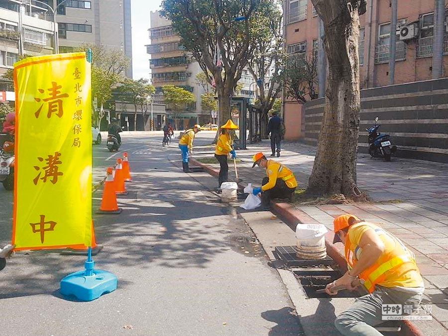 北市環保局修訂溝渠清疏標準作業程序,提前公告清疏時間與地點,兼顧安全與便民。(台北市環保局提供)