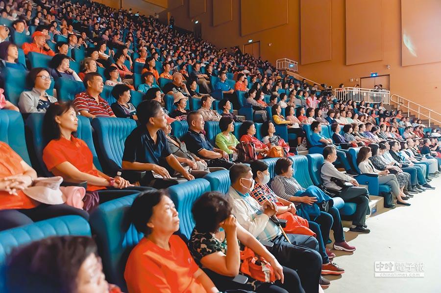 「向全國志工致敬」活動有高市社福、教育、環保等志工800位參加。(林雅惠攝)