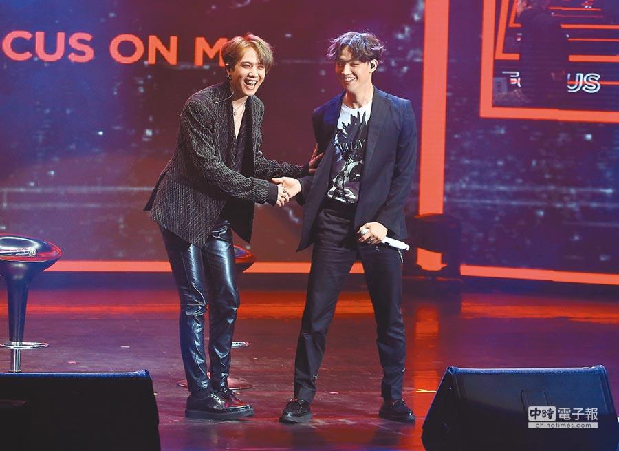 有謙(左)與JB私底下情誼真摯,昨舞台上一同展現絕佳默契。(粘耿豪攝)
