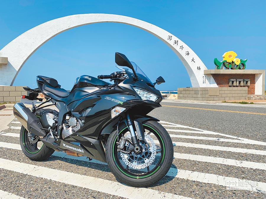 Kawasaki Ninja ZX-6R被設計成更符合大眾騎乘特性。圖為極致黑款,售價63.6萬元。(陳大任攝)