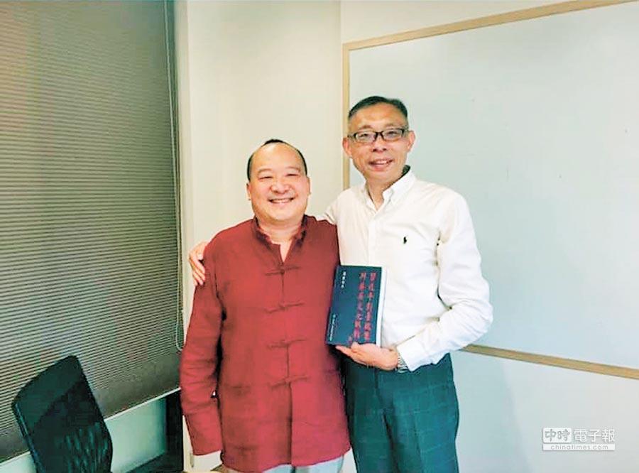 國立師範大學政治研究所教授范世平在臉書上貼了一張自己與李毅在兩年前的合照。(取自范世平臉書)