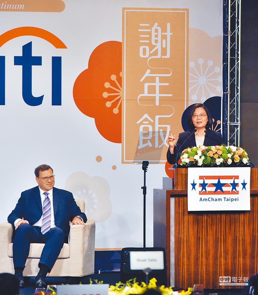 台北市美國商會10日舉行謝年飯,美國商會會長李豪(左)邀請總統蔡英文(右)出席。(本報系資料照片)