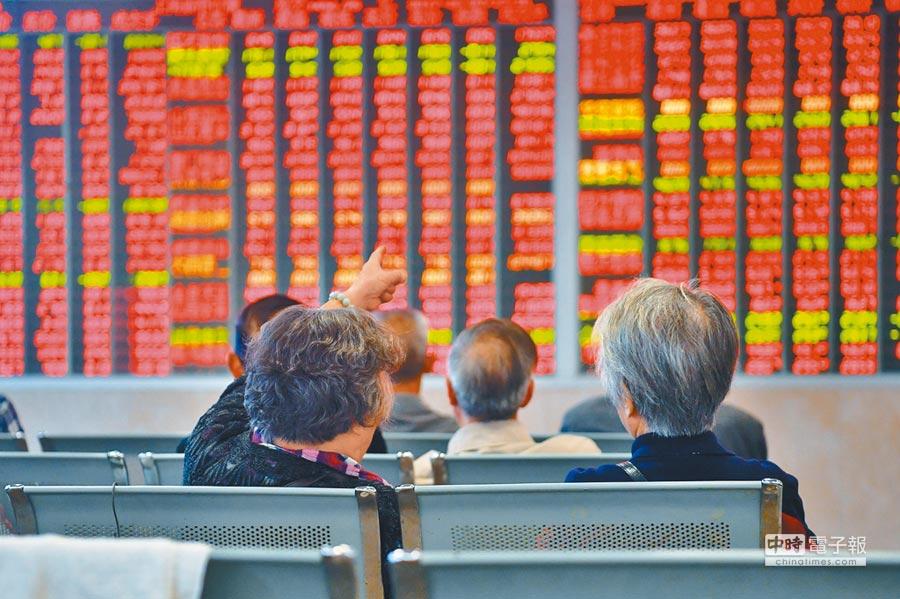 A股越漲越減持的現象令市場出現焦慮情緒。圖為大陸投資人關注股票行情。(中新社資料照片)