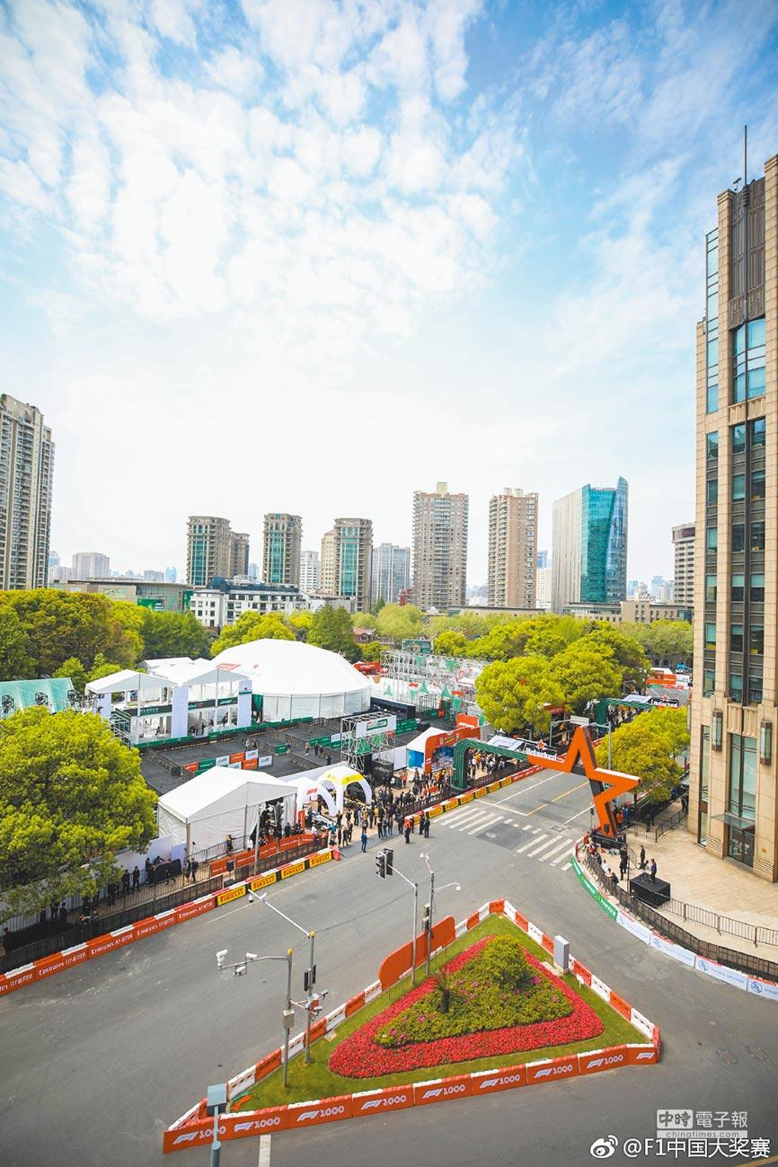 F1賽車在上海街頭賽道。(取自微博@F1中國大獎賽)