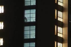 醫院旁陽台洗東西 抬頭驚見活春宮