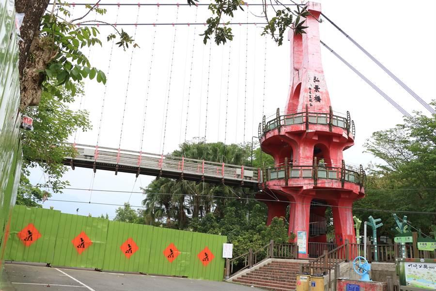竹崎親水公園目前已開始整建,園區內弘景橋後至竹崎車站部分已經圍起施工圍籬。(張亦惠攝)