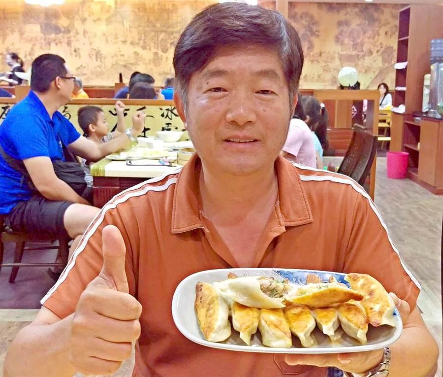 孔家小館的鍋貼打破傳統兩邊都封口,保留內餡原汁原味,加上外皮煎得酥脆,外酥內多汁非常美味。(潘建志攝)