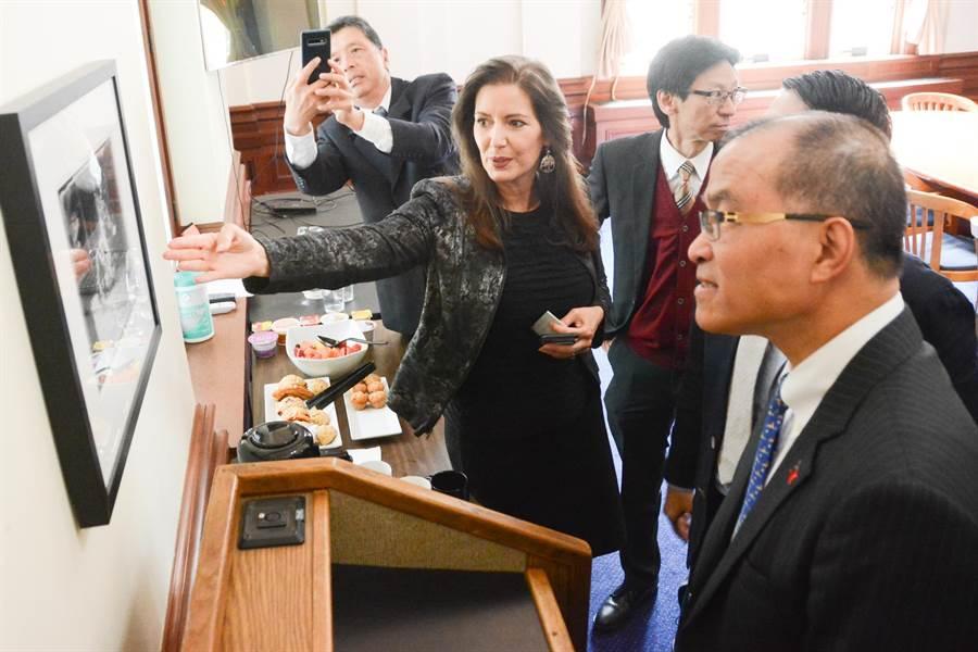 奧克蘭女市長薛麗比介紹辦公室牆上1張舊時中國城舞獅照片,葉匡時看得相當專注。(林宏聰攝)