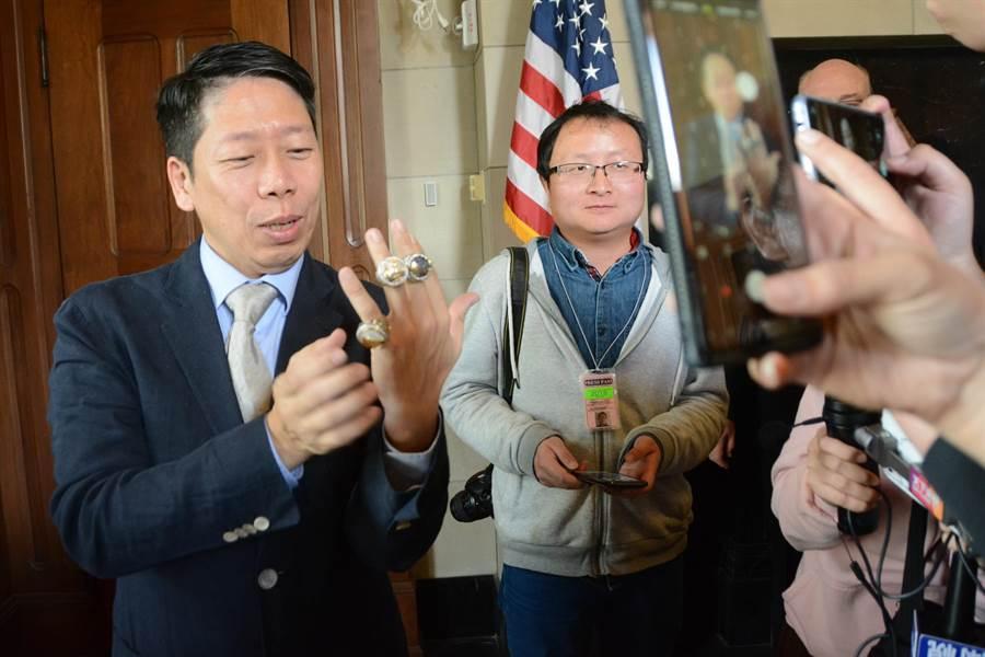 隨行的高市議員黃紹庭也是NBA球迷,當場向奧克蘭女市長薛麗比提出要求,也體驗戴上金州勇士隊3枚冠軍戒的感覺。(林宏聰攝)