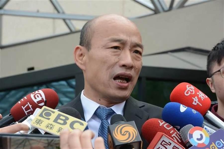 高雄市長韓國瑜美西時間15日在史丹佛大學與師生座談並發表演講,圖為他從飯店出發前往校園前接受媒體聯訪。(林宏聰攝)