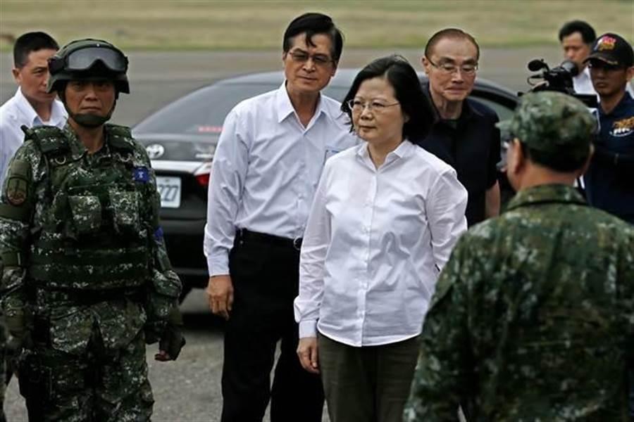 總統蔡英文曾表示,做為三軍統帥,「我就是中華民國國軍最大的靠山」。(資料照,張鎧乙攝)