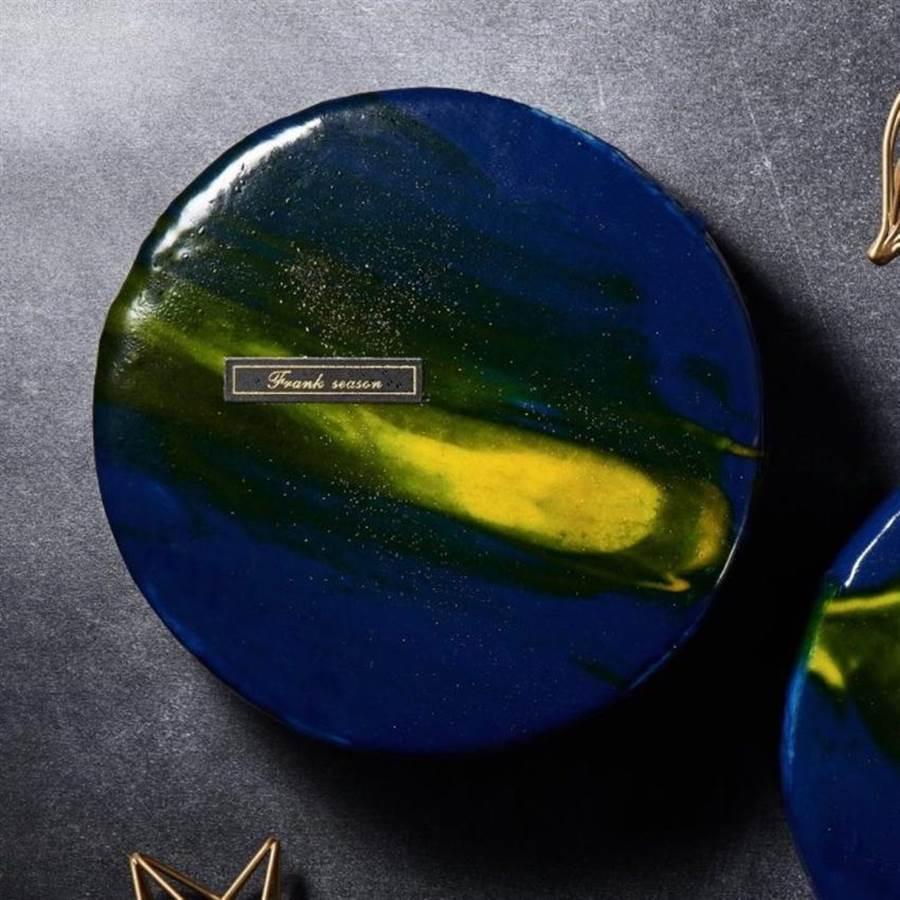 打卡風氣盛,母親節蛋糕造型也強調精緻外觀,圖為「法藍四季-星空鏡面蛋糕」。(圖/博客來)