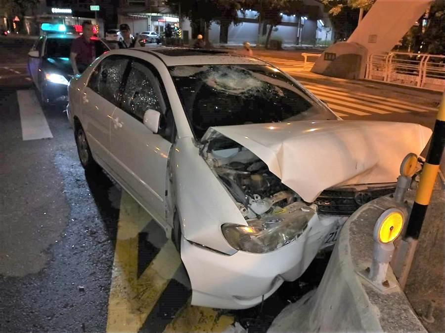 因為感情糾紛等因素,高雄楠梓街頭15日深夜發生追車與打人事件,圖為撞毀的車輛。(林瑞益翻攝)