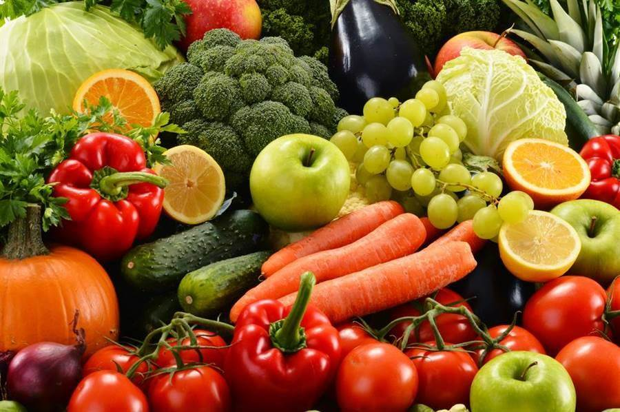 預防老花、白內障,應多吃天然蔬果。(達志影像)