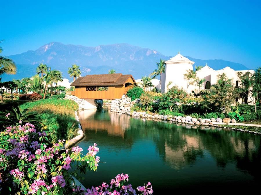 東部優勝飯店「花蓮理想大地度假飯店」有運河環繞的獨特造景,是花蓮具指標性且特色鮮明的飯店之一。(易遊網提供)