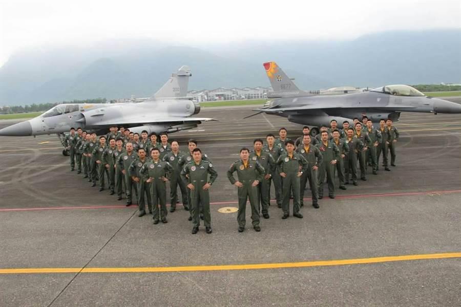 空軍第十七作戰隊與空軍第四十二作戰隊辦理締結兄弟隊交流活動。圖空軍臉書專頁