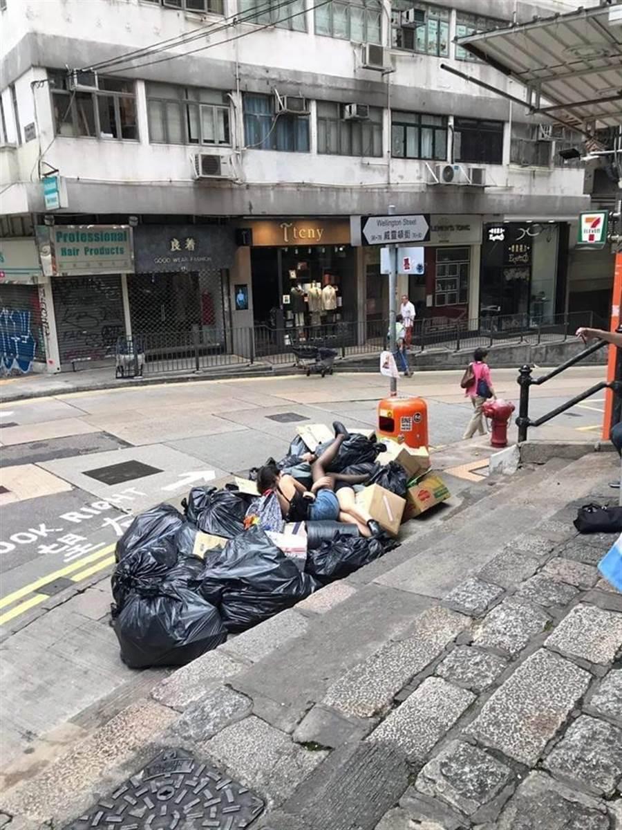 兩名妹子疑似喝多了,倒臥在垃圾推上的交疊畫面,引發網友熱議。(圖/翻攝自 VooHK 香港討論區)