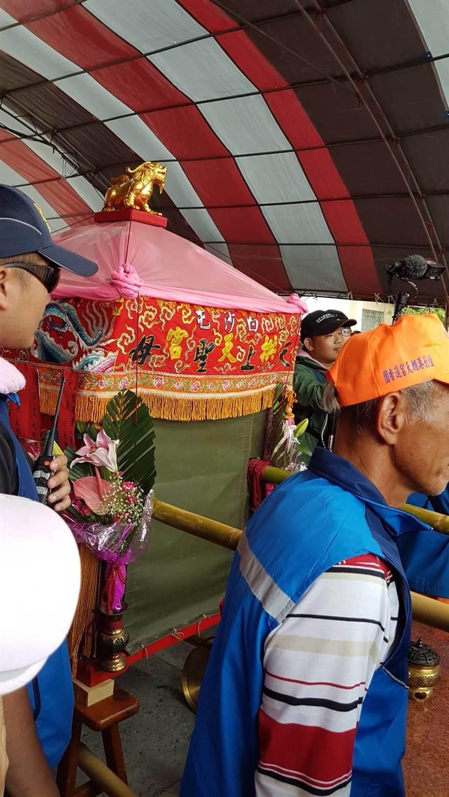 白沙屯媽祖11日從北港進香後,鑾轎一直用綠色帆布蓋住,鑽研媽祖文化的專家表示,是為將北港進香取得的靈力帶回白沙屯。(徐秀娥攝)