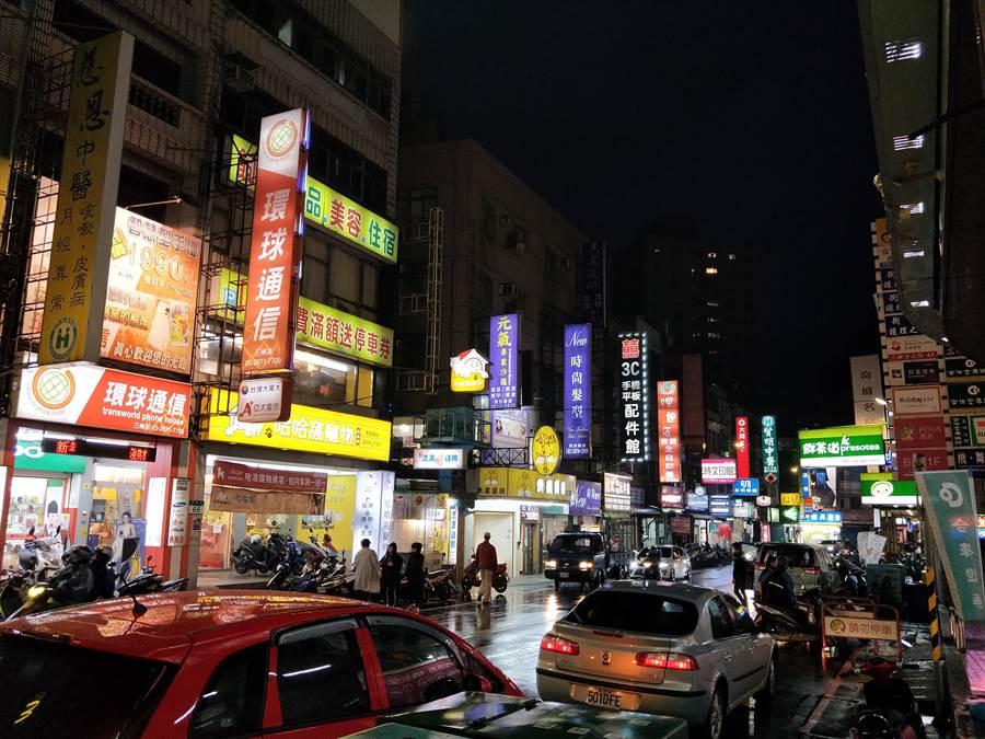 ▲三峽舊市區生活機能佳,日夜都熱鬧。〈圖/詹宜珊攝〉