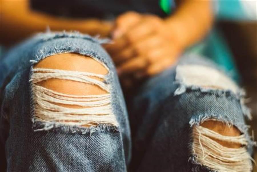 人夫抱怨越南籍新婚妻為了拒絕行房,都穿著牛仔褲睡覺。(示意圖/達志影像)