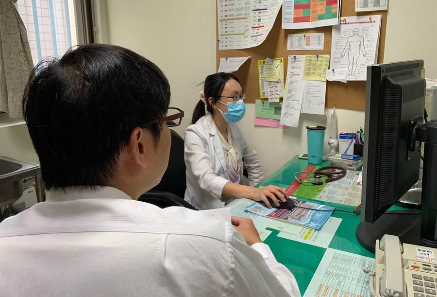 彰化醫院感染科主任莊佳慧向患者解釋帶狀皰疹的病情。(鐘武達攝)