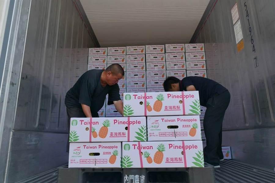 高雄市府公布鳳梨外銷新數字,比去年成長近一倍,打破星國市場由菲律賓鳳梨獨佔的局面。(擷圖自吳芳銘臉書)