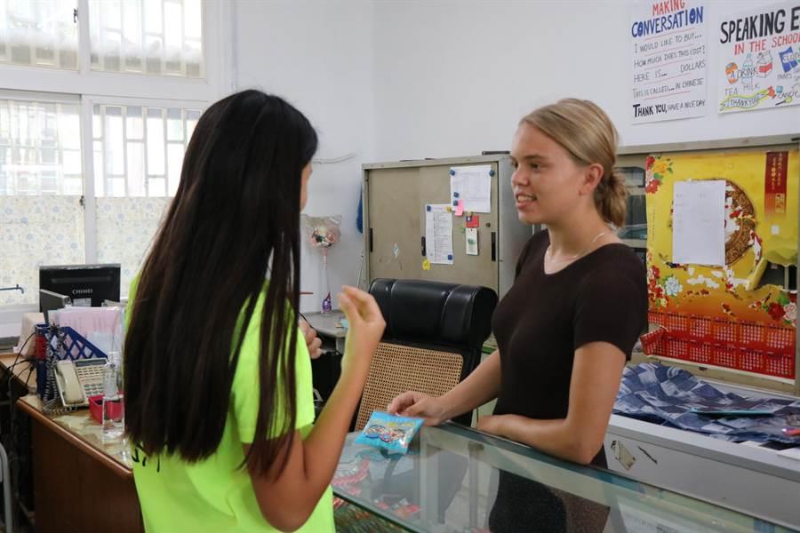 18歲的Astrid(右)來自丹麥,去年9月申請國際志工,來到台南新市國中進行英語教學服務,除了在課堂上分享自家文化,也會將英語教室搬到合作社,用生活化的方式讓學生說英語。(莊曜聰攝)