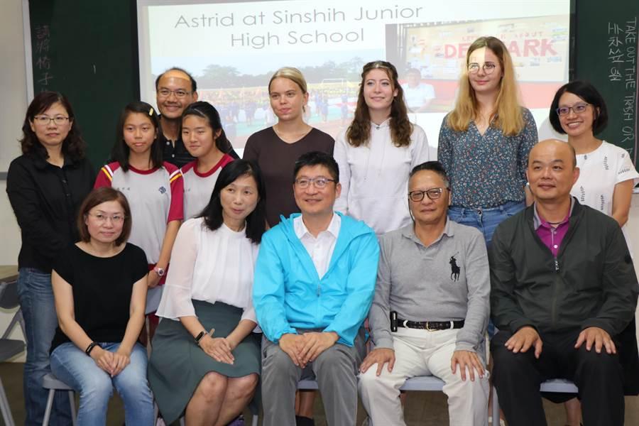 台南市新市國中透過金車文教基金會推薦英語史懷哲計畫,爭取國際志工駐校與學生互動,打造校內英語環境氛圍。(莊曜聰攝)