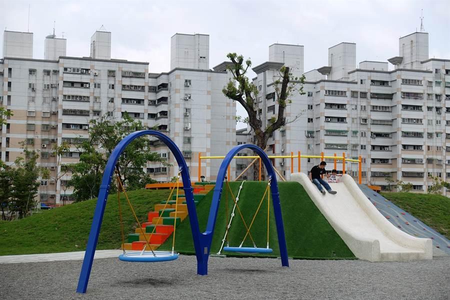 六市公所轄內41個公園綠地都投保公共意外險,讓民眾玩耍也有保障。(周麗蘭攝)