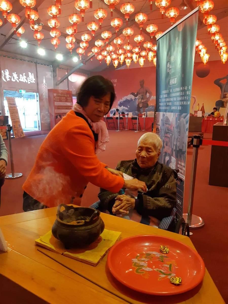 許多高齡八九十歲、甚至百歲的老人家也在親友陪同下,坐輪椅稜轎腳,感受媽祖福澤。(主辦單位提供)