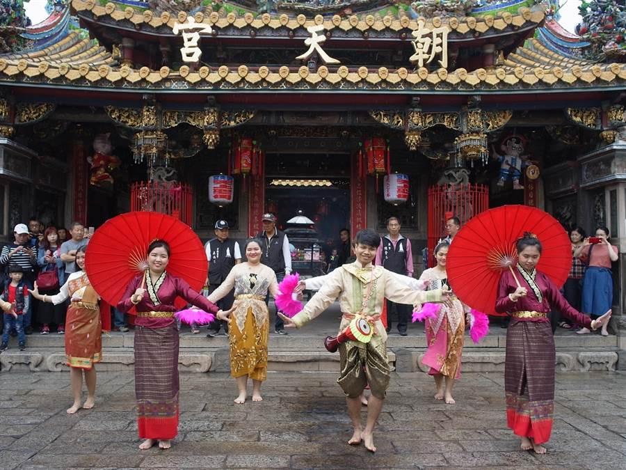 泰北學生感謝朝天宮資助,以泰國傳統舞蹈為媽祖祝壽。(張朝欣攝)