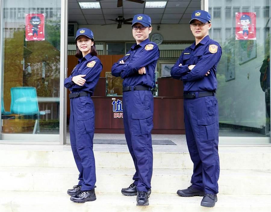 全國警察制服將於18日換穿新版,中市警局第四分局黎明所長林澤聰(中)與所內同仁展示新版夏季長袖甲式制服、帽子及鞋子。(黃國峰翻攝)