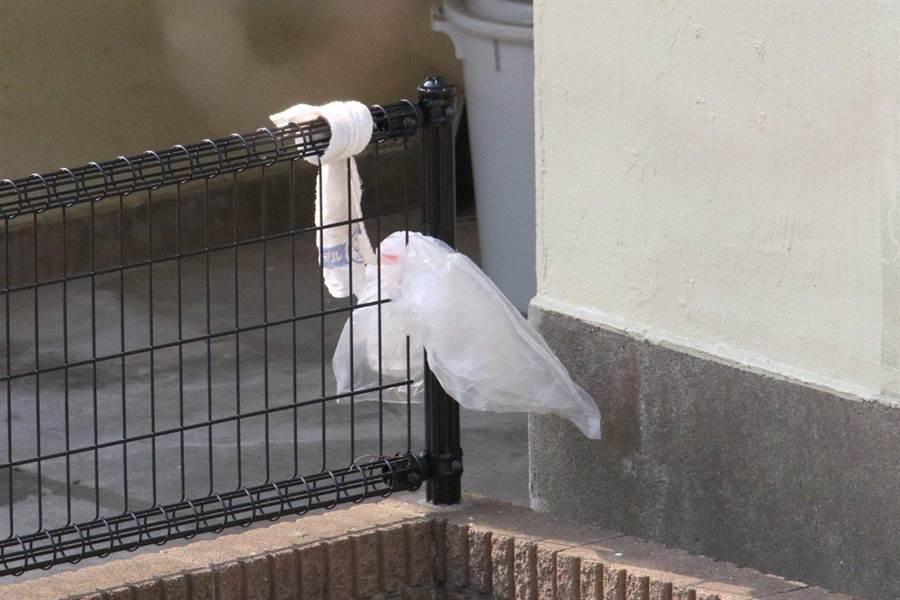 仔細一看發現,這隻根本不是鳥,而是被綁在欄杆上的毛巾跟塑膠袋(圖翻攝自/推特/@cs29wf4)