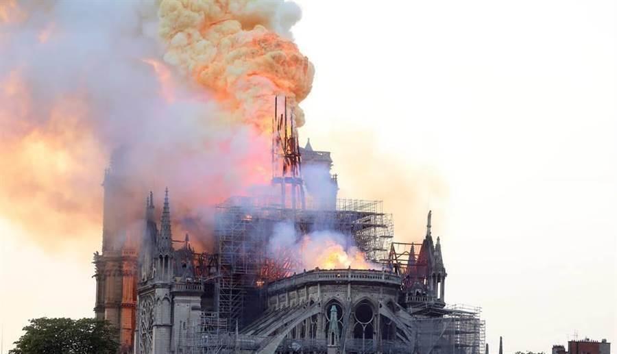 火噬聖母院震驚世界,有網友發問:「哪棟燒毀台灣人會崩潰」,結果…。(圖/達志影像)