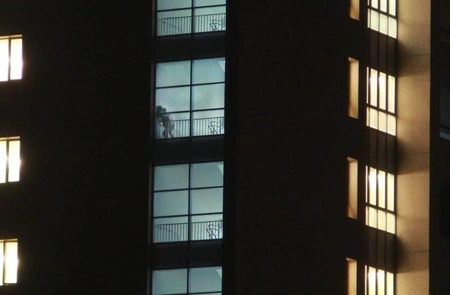 網友在臉書貼出大膽男女在醫院樓梯間上演「活春宮」的照片。(翻攝自《爆廢公社二館》